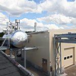 Separates Kesselhaus mit Rohrbrücke und externem Speisewasserbehälter