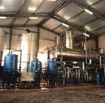 Zwei Speisewasserbehälter à 25 m³ Inhalt mit Rieselentgaser, Leistung 2 x 30 m³/h. Vorgeschaltete Enteisenungs- und Entmanganungsanlage